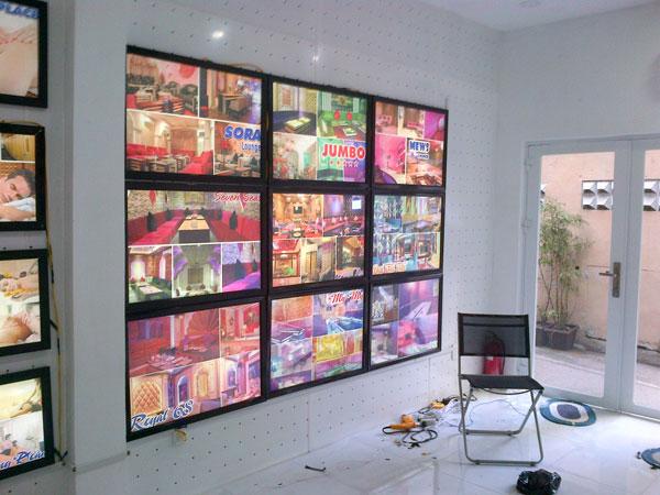 Phòng trưng bày đẹp với hộp đèn nắp bật