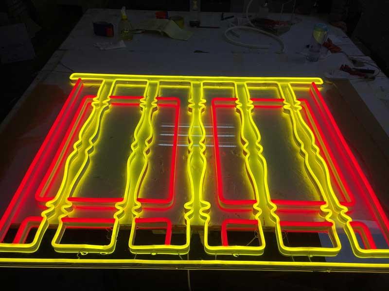 Chữ neon làm bảng hiệu logo